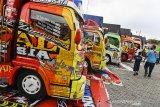 Pengunjung melihat mobil dan truk modifikasi saat Bandung Auto Fest 2.0 di Kiara Artha Park, Bandung, Jawa Barat, Sabtu (17/10/2020). Bandung Auto Fest 2.0 yang diselenggarakan pada tangal 17-18 Oktober 2020 tersebut merupakan wadah para modifikator untuk menyuguhkan kreasi dan inovasi gaya kendaraan di era adaptasi kebiasaan baru. ANTARA JABAR/M Agung Rajasa/agr
