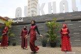 Sejumlah model memperagakan busana muslim di masjid Al-Khalid Kota Kediri, Jawa Timur, Sabtu (17/10/2020). Peragaan enam belas busana muslim berbahan baku tenun ikat khas Kediri tersebut bertujuan membangkitkan kembali sejumlah merek lokal dari pelaku Usaha Mikro Kecil Menengah (UMKM) yang terpuruk karena pandemi COVID-19. Antara Jatim/Prasetia Fauzani/zk