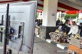 Wali Kota Tasikmalaya Budi Budiman (kanan) menyapa jajaran OPD saat siaran langsung secara daring usai memimpin upacara HUT ke-19 Kota Tasikmalaya di Halaman Bale Kota Tasikmalaya, Jawa Barat, Sabtu (17/10/2020). HUT ke -19 Kota Tasikmalaya yang jatuh pada 17 Oktober diperingati dengan tema Bersama Mencinta Kota Tasikmalaya. ANTARA JABAR/Adeng Bustomi/agr