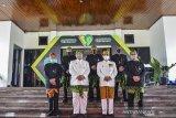 Wali Kota Tasikmalaya Budi Budiman (kedua kiri) didampingi Wakil Wali Kota Muhammad Yusuf (kedua kanan) dan Sekda Ivan Dicksan (kanan) foto bersama seusai mengikuti upacara HUT ke-19 Kota Tasikmalaya yang digelar secara daring di Halaman Bale Kota Tasikmalaya, Jawa Barat, Sabtu (17/10/2020). HUT ke -19 Kota Tasikmalaya yang jatuh pada 17 Oktober diperingati dengan tema Bersama Mencinta Kota Tasikmalaya. ANTARA JABAR/Adeng Bustomi/agr