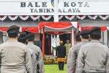 Wali Kota Tasikmalaya Budi Budiman memimpin upacara HUT ke-19 Kota Tasikmalaya yang digelar secara daring di Halaman Bale Kota Tasikmalaya, Jawa Barat, Sabtu (17/10/2020). HUT ke -19 Kota Tasikmalaya yang jatuh pada 17 Oktober diperingati dengan tema Bersama Mencinta Kota Tasikmalaya. ANTARA JABAR/Adeng Bustomi/agr