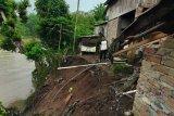 Belasan rumah warga Desa Pusar  OKU terancam longsor