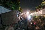 Petugas masih evakuasi KA Babaranjang yang ditabrak truk semen