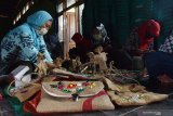 Peserta menyelesaikan pembuatan kerajinan saat mengikuti Pelatihan Keterampilan Kerajinan di Kabupaten Madiun, Jawa Timur, Sabtu (17/10/2020). Pelatihan keterampilan kerajinan berbahan pelepah pohon pisang, karung goni dan tempurung kelapa yang digelar Pemkab Madiun diikuti 35 peserta dimaksudkan untuk memberikan keterampilan bagi warga yang memiliki minat di bidang kerajinan. Antara Jatim/Siswowidodo/zk.