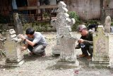 Relawan yang tergabung dalam Masyarakat Peduli Sejarah Aceh (MAPESA) membersihkan dan menata batu nisan di komplek makam Raja-Raja abad ke-16 masehi di Gampong Pande, Banda Aceh, Aceh, Minggu (18/10/2020). Aksi pembersihan makam dan menata kembali batu nisan yang dilakukan aktivis dan realawan MAPESA sebagai upaya untuk menyelamatkan situs peninggalan sejarah dan cagar budaya. Antara Aceh/Irwansyah Putra.