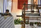 Perajin menjahit kain bordir menggunakan mesin manual di sela Pameran secara virtual dengan tema Pesona Bordir Priangan di Bale Priangan Kantor Perwakilan Bank Indonesia (KPwBI) Tasikmalaya, Jawa Barat, Senin (19/10/2020). Dalam rangka mendorong pemulihan ekonomi melalui pengembangan UMKM, KPwBI Tasikmalaya bekerja sama dengan pemerintah daerah se-Priangan Timur menyelenggarakan kegiatan Pagelaran Kreasi Priangan Timur dengan menghadirkan berbagai kreasi bordir, batik, tenun, kerajinan, produk makanan dan minuman khas daerah. ANTARA JABAR/Adeng Bustomi/agr