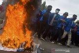 Mahasiswa melakukan aksi unjuk rasa menolak Undang-Undang Cipta Kerja di depan Gedung DPRD Kabupaten Karawang, Karawang, Jawa Barat, Selasa (20/10/2020). Aksi tersebut menuntut pemerintah untuk mengeluarkan Perppu Undang-Undang Cipta Kerja. ANTARA JABAR/M Ibnu Chazar/agr
