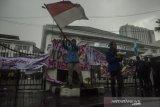 Mahasiswa dari sejumlah kampus melakukan aksi unjuk rasa tolak Undang-Undang Cipta Kerja di Depan Gedung DPRD Jawa Barat, Bandung, Jawa Barat, Selasa (20/10/2020). Mereka dalam aksinya menuntut DPR RI dan Pemerintah untuk membuat Perppu pengganti untuk Undang-Undang Omnibus Law Cipta Kerja. ANTARA JABAR/Novrian Arbi/agr
