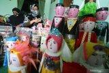 Perajin memotong botol minuman bekas saat pembuatan boneka di Desa Turus, Kediri, Jawa Timur, Senin (19/10/2020). Boneka berbahan baku botol minuman bekas yang dapat difungsikan sebagai tempat penyimpanan uang tersebut dijual seharga Rp20.000-Rp30.000 per pesang tegantung tingkat kerumitan pembuatan. Antara Jatim/Prasetia Fauzani/zk