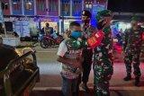 Prajurit Kodim 1709/Yawa bagikan masker cegah COVID-19