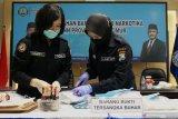 Petugas Laboratorium Forensik menguji sabu sebelum dimusnahkan saat pemusnahan barang bukti narkotika di Badan Narkotika Nasional Provinsi (BNNP) Jawa Timur, Surabaya, Jawa Timur, Selasa (20/10/2020). BNNP Jawa Timur memusnahkan barang bukti sabu seberat 11,27 kilogram yang diamankan dari empat tersangka di dua tempat kejadian perkara (TKP) yang berbeda. Antara Jatim/Didik/Zk