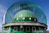 Pekerja membuat konstruksi kubah masjid di Pekan Bada, Aceh Besar, Aceh, Selasa, (20/10/2020). Pandemi COVID-19 dan pemberlakukan berbagai kebijakan terkait pencegahan penularan juga telah berdampak terhadap kontraksi pada sektor konstruksi dan real estat nasional dari 28,77 persen pada Agustus menjadi 19,82 persen pada September 2020 atau minus 48,59 persen. Antara Aceh/Irwansyah Putra.