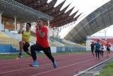 Atlet cabang olahraga (cabor) atletik mengikuti latihan rutin untuk persiapan Pekan Olahraga Nasional (PON) di stadion Harapan Bangsa, Banda Aceh, Aceh, Selasa (20/10/2020). Komite Olahraga Nasional Indonesia (KONI) Aceh mengandalkan cabor atletik sebagai peraih medali emas pada PON Papua mendatang. Antara Aceh/Irwansyah Putra.