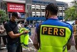 Sejumlah wartawan menerima rompi dengan tulisan PERS yang diberikan Polda Jawa Tengah di Mapolda Jawa Tengah, Semarang, Jawa Tengah, Senin (19/10/2020). Pemberian rompi khusus kepada puluhan wartawan itu sebagai bentuk kepedulian serta antisipasi Polri untuk dapat menghindari risiko kekerasan terhadap wartawan saat melakukan tugas peliputan unjuk rasa yang berakhir anarkis dan ricuh. ANTARA FOTO/Aji Styawan/wsj.