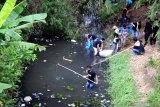 Mahasiswa Pecinta Alam (Mahapala) Universitas Madura (Unira) membersihkan sungai dari sampah rumah tangga di Kelurahan Gladak Anyar Pamekasan, Jawa Timur, Rabu (21/10/2020). Aksi bersih kali yang melibatkan Dinas Lingkungan Hidup itu, guna memperingati Dies Natalis ke XX sekaligus untuk menggugah kesadaran masyarakat agar tidak membuang sampah ke dalam sungai. Antara Jatim/Saiful Bahri/zk.