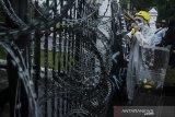 Mahasiswa melakukan aksi teatrikal saat unjuk rasa tolak Undang-Undang Cipta Kerja di Depan Gedung DPRD Jawa Barat, Bandung, Jawa Barat, Rabu (21/10/2020). Mereka dalam aksinya menuntut DPR RI dan Pemerintah untuk membuat Perppu pengganti untuk mencabut Undang-Undang Omnibus Law Cipta Kerja. ANTARA JABAR/Novrian Arbi/agr