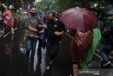 Anggota Kepolisian berpakaian sipil menangkap seorang demonstran pada unjuk rasa tolak Undang-Undang Omnibus Law Cipta Kerja di Depan Gedung DPRD Jawa Barat, Bandung, Jawa Barat, Rabu (21/10/2020). Aksi yang menolak dan menuntut pembuatan Perppu untuk Undang-Undang Cipta Kerja tersebut berakhir ricuh. ANTARA JABAR/Novrian Arbi/agr
