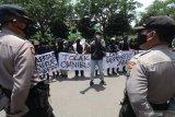 Sejumlah mahasiswa yang tergabung dalam Afiliasi Sekartaji melakukan unjuk rasa di depan kantor DPRD Kota Kediri, Jawa Timur, Rabu (21/10/2020). Aksi mahasiswa tersebut menuntut dicabutnya pengesahan undang-undang omnibus law cipta kerja yang dinilai tidak berpihak kepada masyarakat kecil. Antara Jatim/Prasetia Fauzani/zk.