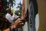 Santri dan seniman melukis tentang Resolusi Jihad saat giat KolaborAksi di Pendapa Kabupaten Jombang, Jawa Timur, Rabu (21/10/2020). Kegiatan melukis Resolusi Jihad tersebut dalam rangkah peringatan Hari Santri 2020 dengan tetap memperhatikan protokol kesehatan guna memutus rantai penyebaran COVID-19. Antara Jatim/Syaiful Arif/zk.