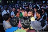 Demonstrasi tolak UU Cipta Kerja, mahasiswa Pasaman Barat bertahan hingga malam