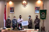 Yogyakarta menyalurkan beasiswa bagi 100 mahasiswa dari keluarga kurang mampu