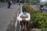 Seniman yang tergabung dalam Aliansi Seniman Independen Karawang melakukan aksi teatrikal jaga bumi di Karawang, Jawa Barat, Kamis (22/10/2020). Aksi tersebut untuk mengajak masyarakat menjaga lingkungan dan menggambarkan dampak rusaknya ekosistem alam. ANTARA JABAR/M Ibnu Chazar/agr