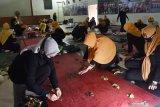 Peserta praktik membuat batik ecoprint saat mengikuti Pelatihan Batik Ecoprint di Kabupaten Madiun, Jawa Timur, Rabu (21/10/2020). Pelatihan yang digelar Koperasi Wanita Putri Dumilah Tim Penggerak PKK Kabupaten Madiun diikuti 54 peserta karyawati perwakilan dari Organisasi Perangkat Daerah Pemkab Madiun dimaksudkan untuk memberikan keterampilan kerajinan batik berbahan warna alami dedaunan dan bunga. Antara Jatim/Siswowidodo/zk