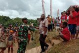 Warga kampung Kakuna melepas bersama kepulangan Satgas TMMD Kodim 1711/BVD