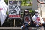 Massa dari berbagai organisasi buruh mengikuti aksi unjuk rasa dalam rangka menolak UU Cipta Kerja di Jalan Lambung Mangkurat, Banjarmasin, Kalimantan Selatan, Kamis (22/10/2020). Dalam aksinya, buruh menuntut agar Presiden Joko Widodo membatalkan UU Omnibus Law Cipta Kerja dengan menerbitkan PERPPU. Foto Antaranews Kalsel/Bayu Pratama S.