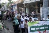 Sejumlah anak mengikuti pawai hari santri di kawasan Waru, Sidoarjo, Jawa Timur, Kamis (22/10/2020). Kegiatan tersebut dalam rangka menyambut Hari Santri Nasional 2020 yang diperingati setiap tanggal 22 Oktober yang menggambil tema