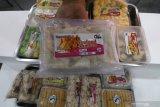 Perajin menata nuget ikan saat pameran produk olahan ikan di Kota Kediri, Jawa Timur, Kamis (22/10/2020). Pameran Usaha Mikro Kecil Menengah (UMKM) yang diselenggarakan Dinas Kelautan dan Perikanan Jawa Timur tersebut guna mendongkrak serapan produk olahan ikan yang menurun akibat pandemi COVID-19 sekaligus mengkampanyekan gerakan gemar makan ikan. Antara Jatim/Prasetia Fauzani/zk.