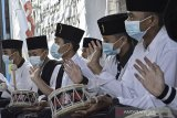Sejumlah santri menampilkan kesenian marawis saat menghadiri peringatan Hari Santri Nasional di Puskesmas Sukaraja, Banyuresmi, Kabupaten Garut, Jawa Barat, Kamis (22/10/2020). Puskesmas Sukaraja menggelar peringatan Hari Santri Nasional dengan mengundang santriwan dan santriwati Pondok Pesantren At Takwin sekaligus mensosialisasikan gerakan 3M kepada para santri. ANTARA JABAR/Candra Yanuarsyah/agr