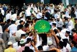 Sejumlah pelayat mengusung keranda jenazah Pimpinan Pondok Modern Darussalam Gontor Abdulllah Syukri Zarkasyi untuk dishalatkan di masjid sebelum dimakamkan di Gontor, Ponorogo, Jawa Timur, Kamis (22/10/2020). Pimpinan pondok pesantren terbesar di Indonesia tersebut meninggal pada Rabu (21/10/2020). Antara Jatim/Adi Pratama/ZK