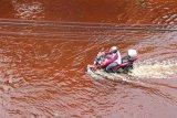 Seorang pengendara motor melintas di jalan yang terendam banjir pasang air laut, di Kota Dumai, Dumai, Riau, Selasa (20/10/2020). Sudah tiga hari Kota Dumai dilanda banjir besar pasang air laut dan seorang warga ditemukan meninggal dunia pada 18 Oktober 2020 diduga akibat tersengat aliran listrik saat banjir merendam rumahnya. ANTARA FOTO/Aswaddy Hamid/hp.