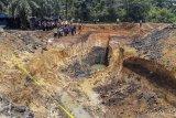 Warga mengamati lokasi tambang batu bara ilegal yang mengalami longsor di Desa Tanjung Lalang, Kecamatan Tanjung Agung, Kabupaten Muara Enim, Kamis (22/10/2020). Sebanyak 11 orang pekerja tambang batu bara ilegal meninggal dunia akibat tertimbun longsor pada Rabu (21/10). ANTARA FOTO/Sabang Dipa/nym.