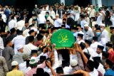 Sejumlah pelayat mengusung keranda jenazah Pimpinan Pondok Modern Darussalam Gontor Abdulllah Syukri Zarkasyi untuk dishalatkan di masjid sebelum dimakamkan di Gontor, Ponorogo, Jawa Timur, Kamis (22/10/2020). Pimpinan pondok pesantren terbesar di Indonesia tersebut meninggal pada Rabu (21/10/2020). ANTARA FOTO/Adi Pratama/ZK/nz