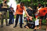 Rekonstruksi kasus pengeroyokan polisi saat unjuk rasa