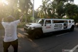 Mobil Limousine Hummer bergambar Machfud Arifin-Mujiaman Sukirno melintas di Jalan Ngemplak, Surabaya, Jawa Timur, Jumat (23/10/2020). Keberadaan mobil yang dimiliki salah satu relawan Machfud Arifin-Mujiaman Sukirno itu sebagai sarana untuk mengenalkan pasangan calon Wali Kota dan Wakil Wali Kota Surabaya dengan nomor urut 2 kepada masyarakat. Antara Jatim/Didik/Zk