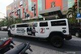 Mobil Limousine Hummer bergambar Machfud Arifin-Mujiaman Sukirno melintas di Jalan Jimerto, Surabaya, Jawa Timur, Jumat (23/10/2020). Keberadaan mobil yang dimiliki salah satu relawan Machfud Arifin-Mujiaman Sukirno itu sebagai sarana untuk mengenalkan pasangan calon Wali Kota dan Wakil Wali Kota Surabaya dengan nomor urut 2 kepada masyarakat. Antara Jatim/Didik/Zk