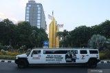 Mobil Limousine Hummer bergambar Machfud Arifin-Mujiaman Sukirno melintas di Jalan Panglima Sudirman, Surabaya, Jawa Timur, Jumat (23/10/2020). Keberadaan mobil yang dimiliki salah satu relawan Machfud Arifin-Mujiaman Sukirno itu sebagai sarana untuk mengenalkan pasangan calon Wali Kota dan Wakil Wali Kota Surabaya dengan nomor urut 2 kepada masyarakat. Antara Jatim/Didik/Zk