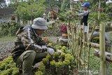 Warga merawat tanaman hias di halaman rumah komplek Perkebunan PTPN VIII Dayeuhmanggung, Cilawu, Kabupaten Garut, Jawa Barat, Jumat (23/10/2020). Komplek perkebunan ramah lingkungan yang mengembangkan sejumlah tanaman hias tersebut memanfaatkan sampah plastik guna mempercantik halaman rumah. ANTARA JABAR/Candra Yanuarsyah/agr