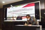Dirut PT INKA (Persero) Budi Noviantoro menandatangani naskah nota kesepahaman saat penandatangan Nota Kesepahaman dengan Perusda Bali yang dilakukan secara virtual di ruang pertemuan PT INKA (Persero) Madiun, Jawa Timur, Jumat (23/10/2020). Nota kesepahaman kedua belah pihak terkait pembangunan dan penyelenggaraan sarana transportasi perkotaan di wilayah Provinsi Bali, yang pendanaannya didukung oleh Islamic Development Bank dalam bentuk pinjaman untuk keperluan mendirikan workshop komponen baterai untuk sarananya. Antara Jatim/Siswowidodo/zk.
