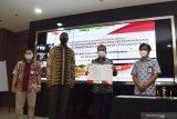Dirut PT INKA (Persero) Budi Noviantoro (kedua kanan) disaksikan Operation Team Leader Islamic Development Bank (IsBD) Regional Hub Indonesia Omar Eddie Davis (kedua kiri) menunjukkan naskah usai penandatanganan nota kesepahaman dengan Perusda Bali yang dilakukan secara virtual di ruang pertemuan PT INKA (Persero) Madiun, Jawa Timur, Jumat (23/10/2020). Nota kesepahaman kedua belah pihak terkait pembangunan dan penyelenggaraan sarana transportasi perkotaan di wilayah Provinsi Bali, yang pendanaannya didukung oleh Islamic Development Bank dalam bentuk pinjaman untuk keperluan mendirikan workshop komponen baterai untuk sarananya. Antara Jatim/Siswowidodo/zk.