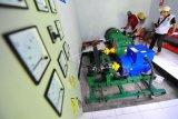 Pekerja menyalakan turbin Pembangkit Listrik Tenaga Mikro Hidro (PLTMH) di Lubuk Bangkar, Sarolangun, Jambi, Jumat (23/10/2020). Sebanyak 53 rumah keluarga prasejahtera di Lubuk Bangkar yang merupakan salah satu desa terpencil di daerah itu mendapatkan fasilitas listrik gratis dari PLTMH yang dibangun sejak 2018 melalui program UNDP bersama Kementerian ESDM dan Badan Amil Zakat Nasional (Baznas). ANTARA FOTO/Wahdi Septiawan/pras.
