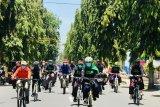 Gubernur Khofifah bersepeda dengan sarung peringati Hari Santri di Situbondo