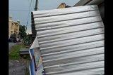 Atap rumah warga di Desa Wajegesang Loteng disapu angin puting beliung