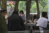 Warga bersantai di cafe 101 Coffee hutan kota di Jalan Lambung Mangkurat, Banjarmasin, Kalimantan Selatan, Minggu (25/10/2020). Cafe yang berkonsep di tengah hutan kota dan dikelola Korem 101/Antasari berkerjasama dengan pihak swasta tersebut ramai dikunjungi warga yang ingin bersantai. Foto Antaranews Kalsel/Bayu Pratama S.