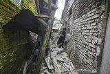Warga menyaksikan rumah yang rusak akibat gempa bumi di Dusun Kertaharja, Kabupaten Ciamis, Jawa Barat, Minggu (25/10/2020). Gempa berkekuatan 5,9 skala richter pada Minggu (25/10) pagi, pukul 07.56 WIB, mengakibatkan sebuah rumah milik warga rusak dan satu orang luka tertimbun reruntuhan bangunan. ANTARA JABAR/Adeng Bustomi/agr