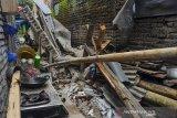 Reruntuhan bangunan rumah yang ambruk akibat gempa bumi di Dusun Kertaharja, Kabupaten Ciamis, Jawa Barat, Minggu (25/10/2020). Gempa berkekuatan 5,9 skala richter pada Minggu (25/10) pagi, pukul 07.56 WIB, mengakibatkan sebuah rumah milik warga rusak dan satu orang luka tertimbun reruntuhan bangunan. ANTARA JABAR/Adeng Bustomi/agr