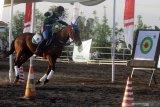 Atlet membidik sasaran dengan menunggang kuda saat peresmian wisata edukasi sekolah berkuda di Lapangan kuda kawasan Kalidawir, Tanggulangin, Sidoarjo, Jawa Timur, Sabtu (24/10/2020). Kehadiran wahana edukasi sekolah berkuda yang terintegrasi dengan klub berkuda tersebut bertujuan untuk mencari calon atlet berkuda dan bibit-bibit kuda pacuan serta mendorong minat masyarakat Sidoarjo untuk belajar tentang olahraga berkuda. Antara Jatim/Umarul Faruq/zk